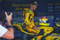 Domi Aegerter freut sich über sein gelbes Outfit
