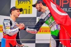 Handshake zwischen Jules Cluzel und Supersport-Sieger Kenan Sofuoglu
